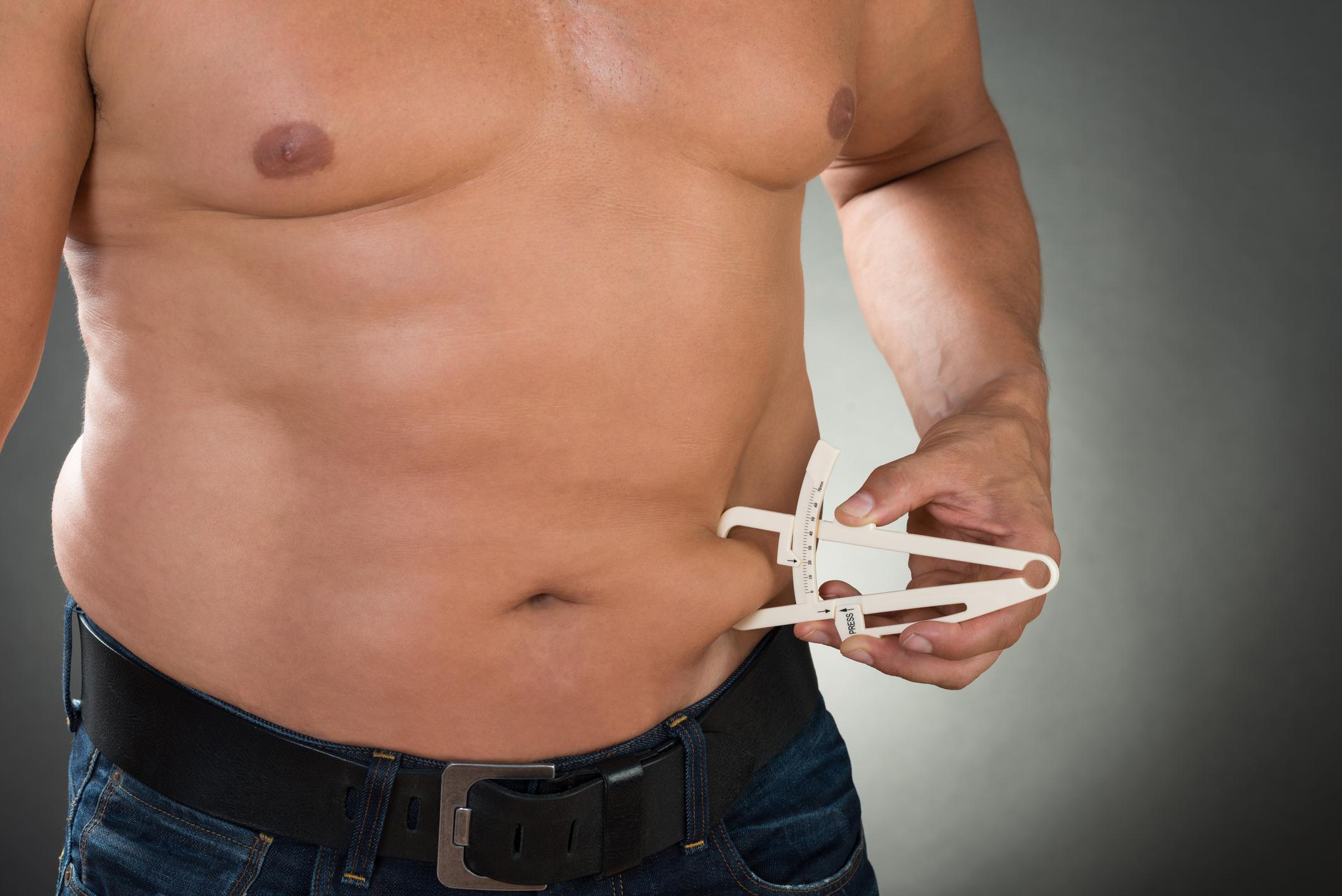 Homem medindo a barriga